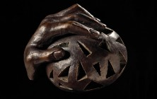 Bronzen beeld 'The whole world in your hand'