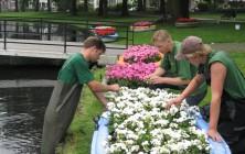 Prelude | Triënnale | 11 bloemenbootjes in de vijver van het Oranjepark
